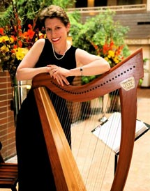 Anne Roos standing next to her harp
